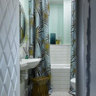 На фото: главная ванная комната в стиле фьюжн с ванной в нише, белой плиткой, плиткой кабанчик, подвесной раковиной, шторкой для душа и разноцветным полом с