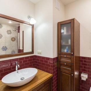На фото: главная ванная комната в классическом стиле с фасадами с выступающей филенкой, фасадами цвета дерева среднего тона, красной плиткой, плиткой кабанчик, белыми стенами, настольной раковиной, столешницей из дерева и коричневой столешницей с
