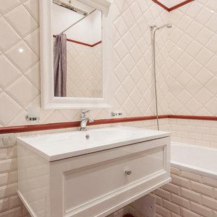 Выдающиеся фото от архитекторов и дизайнеров интерьера: ванная комната в классическом стиле с ванной в нише, бежевой плиткой, красной плиткой, плиткой кабанчик, белыми стенами и монолитной раковиной