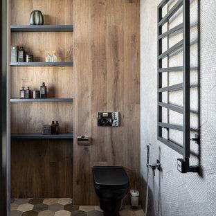 Пример оригинального дизайна: большая ванная комната в современном стиле с темными деревянными фасадами, инсталляцией, черной плиткой, керамической плиткой, серыми стенами, полом из керамической плитки, душевой кабиной, накладной раковиной, столешницей из искусственного камня, разноцветным полом, серой столешницей и открытыми фасадами
