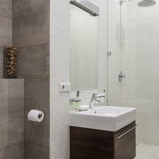Пример оригинального дизайна интерьера: ванная комната среднего размера в современном стиле с плоскими фасадами, темными деревянными фасадами, белой плиткой, серой плиткой, плиткой мозаикой, душевой кабиной и накладной раковиной