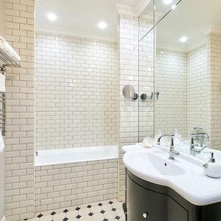Неиссякаемый источник вдохновения для домашнего уюта: главная ванная комната среднего размера в стиле современная классика с черными фасадами, ванной в нише, бежевой плиткой, керамической плиткой, полом из керамической плитки, разноцветным полом, плоскими фасадами, монолитной раковиной и белой столешницей