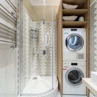 Свежая идея для дизайна: ванная комната в скандинавском стиле с угловым душем, белой плиткой, серой плиткой и душевой кабиной - отличное фото интерьера