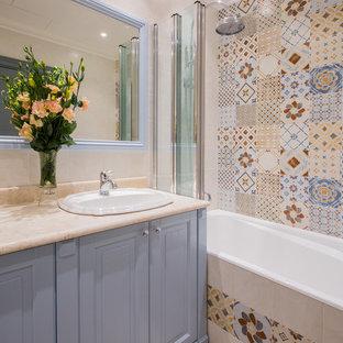 Свежая идея для дизайна: главная ванная комната среднего размера в стиле современная классика с фасадами с выступающей филенкой, серыми фасадами, полновстраиваемой ванной, душем в нише, инсталляцией, разноцветной плиткой, керамической плиткой, разноцветными стенами, полом из керамической плитки, врезной раковиной, мраморной столешницей, бежевым полом, шторкой для душа и бежевой столешницей - отличное фото интерьера