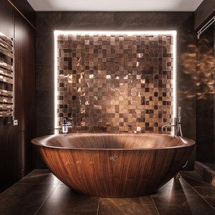 Свежая идея для дизайна: главная ванная комната в современном стиле с отдельно стоящей ванной, коричневой плиткой, коричневым полом, душем в нише и душем с раздвижными дверями - отличное фото интерьера