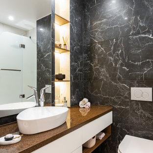 На фото: главная ванная комната среднего размера в современном стиле с плоскими фасадами, белыми фасадами, инсталляцией, черно-белой плиткой, керамогранитной плиткой, полом из керамогранита, настольной раковиной, серым полом и коричневой столешницей с