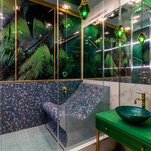 Источник вдохновения для домашнего уюта: большой хамам в современном стиле с фасадами островного типа, зелеными фасадами, душем в нише, разноцветной плиткой, полом из керамогранита, настольной раковиной, бежевым полом, зеленой столешницей, сиденьем для душа, тумбой под одну раковину и напольной тумбой