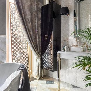 Новые идеи обустройства дома: главная ванная комната в стиле современная классика с ванной на ножках, бежевой плиткой, консольной раковиной и разноцветным полом