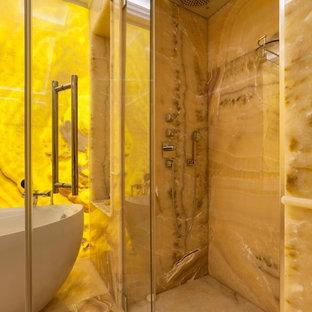Стильный дизайн: главная ванная комната в классическом стиле с отдельно стоящей ванной, душем в нише и бежевым полом - последний тренд
