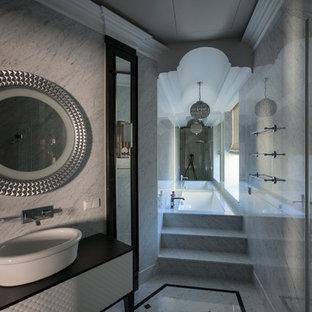 Идея дизайна: главная ванная комната в классическом стиле с полновстраиваемой ванной и серым полом