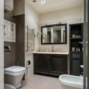 Идея дизайна: ванная комната в стиле современная классика с фасадами с филенкой типа жалюзи, черными фасадами, раздельным унитазом, белой плиткой и коричневой плиткой