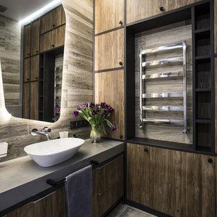 На фото: ванная комната в современном стиле с плоскими фасадами, темными деревянными фасадами, коричневой плиткой, настольной раковиной и серым полом