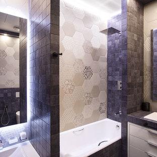 На фото: главные ванные комнаты в современном стиле с плоскими фасадами, белыми фасадами, душем над ванной, бежевой плиткой, разноцветной плиткой, накладной раковиной и накладной ванной