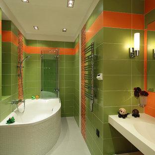 Стильный дизайн: ванная комната в современном стиле с накладной ванной, зеленой плиткой, оранжевой плиткой, зелеными стенами, подвесной раковиной и белым полом - последний тренд