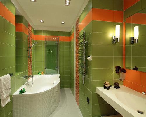 Bagno con piastrelle arancioni e pareti verdi foto idee