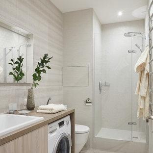 Удачное сочетание для дизайна помещения: ванная комната в современном стиле с плоскими фасадами, светлыми деревянными фасадами, душем в нише, раздельным унитазом, белой плиткой, душевой кабиной, накладной раковиной, белым полом, душем с распашными дверями и бежевой столешницей - самое интересное для вас
