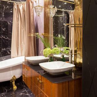 Свежая идея для дизайна: главная ванная комната в классическом стиле с плоскими фасадами, фасадами цвета дерева среднего тона, ванной на ножках, каменной плиткой, настольной раковиной и шторкой для душа - отличное фото интерьера