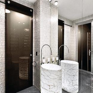 На фото: ванные комнаты в современном стиле с серой плиткой, раковиной с пьедесталом и серым полом
