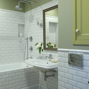 На фото: главная ванная комната в классическом стиле с ванной в нише, душем над ванной, белой плиткой, плиткой кабанчик, зелеными стенами, подвесной раковиной, шторкой для душа, унитазом-моноблоком и разноцветным полом с