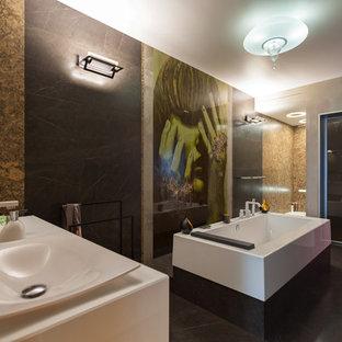 Идея дизайна: ванная комната в современном стиле с белыми фасадами, отдельно стоящей ванной, серой плиткой, серыми стенами, настольной раковиной, серым полом и белой столешницей