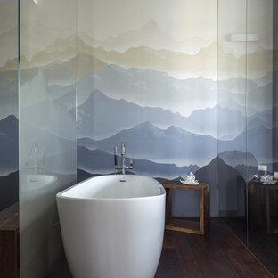 Idee per una stanza da bagno padronale minimal di medie dimensioni con vasca freestanding, piastrelle in gres porcellanato, pavimento in legno verniciato, pavimento marrone e pareti multicolore