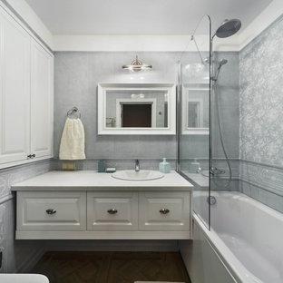 Новые идеи обустройства дома: маленькая главная ванная комната в стиле современная классика с фасадами с выступающей филенкой, белыми фасадами, столешницей из искусственного камня, белой столешницей, темным паркетным полом, накладной раковиной и коричневым полом
