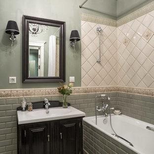Новые идеи обустройства дома: маленькая главная ванная комната в классическом стиле с черными фасадами, ванной в нише, бежевой плиткой, зеленой плиткой, плиткой кабанчик, монолитной раковиной, бежевым полом и шторкой для душа
