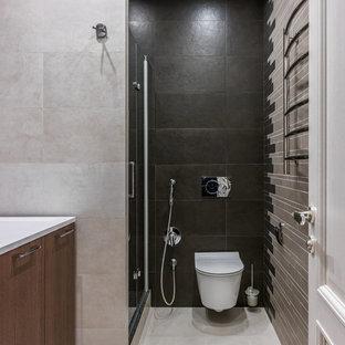Свежая идея для дизайна: ванная комната в современном стиле с плоскими фасадами, фасадами цвета дерева среднего тона, душем в нише, инсталляцией, бежевой плиткой, черной плиткой, душевой кабиной и бежевым полом - отличное фото интерьера