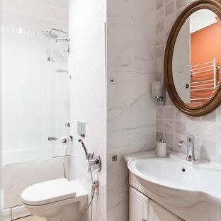 Пример оригинального дизайна: ванная комната в стиле неоклассика (современная классика) с фасадами с выступающей филенкой, белыми фасадами, душем над ванной, бежевой плиткой, светлым паркетным полом, душевой кабиной, монолитной раковиной, бежевым полом, душем с распашными дверями и белой столешницей