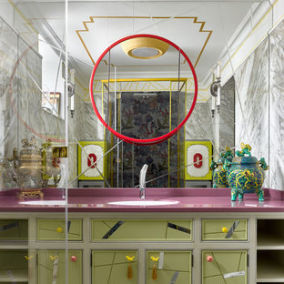 Stilmix Badezimmer mit Kassettenfronten, grünen Schränken, Unterbauwaschbecken und rosa Waschtischplatte in Moskau
