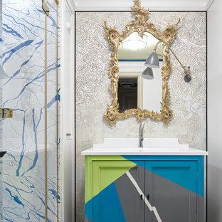 На фото: ванная комната в стиле фьюжн с душевой кабиной и белой столешницей с