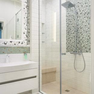 Идея дизайна: маленькая детская ванная комната в современном стиле с плоскими фасадами, белыми фасадами, душем в нише, полом из керамогранита, белым полом, душем с распашными дверями, белой столешницей, серой плиткой, плиткой мозаикой и консольной раковиной