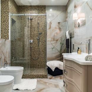 Свежая идея для дизайна: ванная комната среднего размера в современном стиле с бежевыми фасадами, угловым душем, инсталляцией, бежевой плиткой, разноцветной плиткой, белой плиткой, белыми стенами, душевой кабиной, врезной раковиной, разноцветным полом, душем с раздвижными дверями, белой столешницей, нишей, тумбой под одну раковину и встроенной тумбой - отличное фото интерьера
