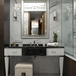 Идея дизайна: ванная комната в современном стиле с фасадами островного типа, белыми фасадами, душем в нише, серой плиткой, душевой кабиной, консольной раковиной, разноцветным полом, душем с распашными дверями, бежевой столешницей и правильным освещением