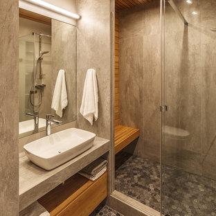 Свежая идея для дизайна: ванная комната в современном стиле с плоскими фасадами, фасадами цвета дерева среднего тона, душем в нише, серой плиткой, душевой кабиной, настольной раковиной, серым полом и серой столешницей - отличное фото интерьера