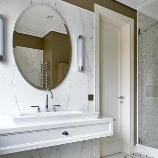 Пример оригинального дизайна: ванная комната в стиле современная классика с фасадами с утопленной филенкой, белыми фасадами, белой плиткой, плиткой мозаикой, коричневыми стенами, настольной раковиной, разноцветным полом и белой столешницей