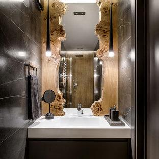 Пример оригинального дизайна: маленькая ванная комната в современном стиле с плоскими фасадами, черными фасадами, серой плиткой, мраморной плиткой, полом из керамогранита, столешницей из искусственного камня и акцентной стеной