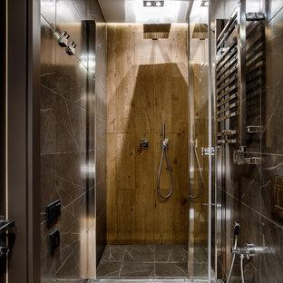 Свежая идея для дизайна: маленькая ванная комната в современном стиле с душем в нише, инсталляцией, серой плиткой, мраморной плиткой, полом из керамогранита, душевой кабиной и душем с распашными дверями - отличное фото интерьера
