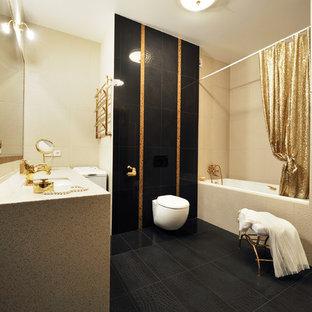 Пример оригинального дизайна: ванная комната в современном стиле с ванной в нише, душем над ванной, инсталляцией, черной плиткой, бежевыми стенами, душевой кабиной, врезной раковиной, черным полом, шторкой для ванной, бежевой столешницей и правильным освещением