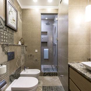 Стильный дизайн: ванная комната среднего размера в современном стиле с плоскими фасадами, фасадами цвета дерева среднего тона, душем в нише, биде, коричневой плиткой, керамогранитной плиткой, полом из керамогранита, душевой кабиной, настольной раковиной, столешницей из искусственного камня, коричневым полом, душем с распашными дверями и разноцветной столешницей - последний тренд