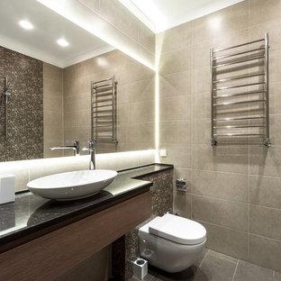 Идея дизайна: ванная комната среднего размера в современном стиле с плоскими фасадами, фасадами цвета дерева среднего тона, бежевой плиткой, керамогранитной плиткой, полом из керамогранита, настольной раковиной, столешницей из искусственного камня, серым полом, черной столешницей и инсталляцией