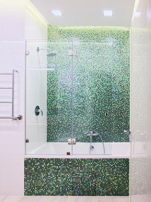 Badezimmer mit hellem holzboden und mosaikfliesen design for Badezimmer ideen mit holzboden