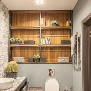 Стильный дизайн: ванная комната в современном стиле с инсталляцией, серой плиткой, серыми стенами, настольной раковиной и столешницей из плитки - последний тренд