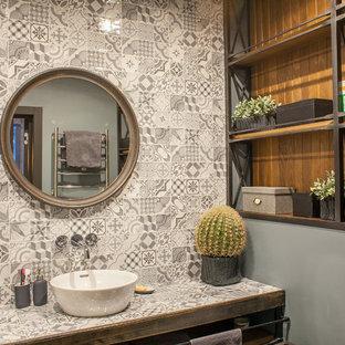 Пример оригинального дизайна: ванная комната в стиле лофт с инсталляцией, серой плиткой, серыми стенами, настольной раковиной и столешницей из плитки