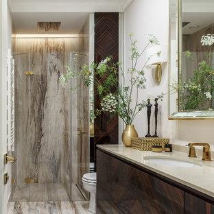 Создайте стильный интерьер: ванная комната в современном стиле с плоскими фасадами, темными деревянными фасадами, душем в нише, белыми стенами, душевой кабиной, врезной раковиной, бежевым полом и душем с распашными дверями - последний тренд