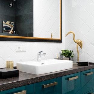 Идея дизайна: маленькая ванная комната в современном стиле с плоскими фасадами, зелеными фасадами, белой плиткой, настольной раковиной, черной столешницей, душевой кабиной и столешницей из искусственного камня