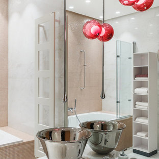 Пример оригинального дизайна интерьера: детская ванная комната в современном стиле с плоскими фасадами, белыми фасадами, накладной ванной, настольной раковиной, розовой плиткой, плиткой мозаикой и белыми стенами