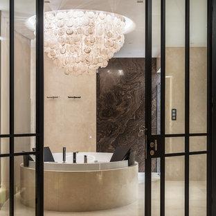 Стильный дизайн: большая главная ванная комната в современном стиле с отдельно стоящей ванной, бежевой плиткой, коричневой плиткой, мраморной плиткой, бежевыми стенами, мраморным полом и бежевым полом - последний тренд