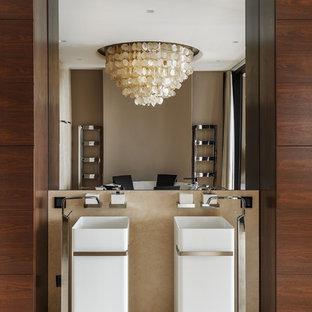Пример оригинального дизайна: главная ванная комната в современном стиле с отдельно стоящей ванной, раковиной с пьедесталом, бежевым полом, плоскими фасадами, фасадами цвета дерева среднего тона, бежевой плиткой, мраморной плиткой и бежевыми стенами