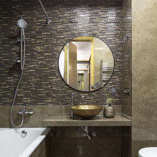 Новый формат декора квартиры: главная ванная комната в современном стиле с ванной в нише, душем над ванной, коричневой плиткой, настольной раковиной, коричневым полом и шторкой для душа